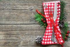 圣诞节桌与圣诞节杉木的餐位餐具分支,丝带和锥体 库存照片