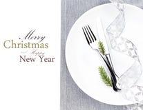 圣诞节桌与圣诞节装饰的餐位餐具在whi 库存图片
