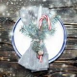 圣诞节桌与欢乐装饰的餐位餐具在明亮 库存图片