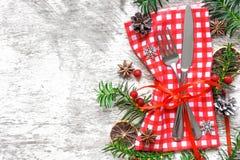 圣诞节桌与欢乐装饰的餐位餐具 库存照片