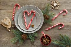 圣诞节桌在木板的餐位餐具 节假日背景 免版税库存图片