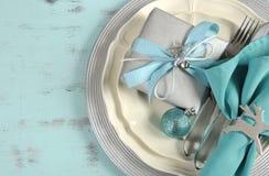 圣诞节桌在水色蓝色、银和白色的餐位餐具 免版税库存图片