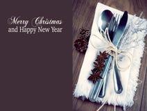 圣诞节桌设置,圣诞节在银,棕色和白色颜色口气的菜单概念与拷贝空间 免版税库存照片