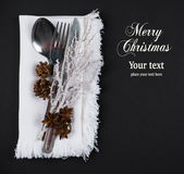 圣诞节桌设置,圣诞节在银,棕色和白色颜色口气的菜单概念 图库摄影