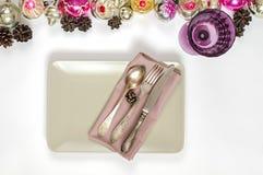 圣诞节桌餐位餐具和假日装饰 免版税图库摄影