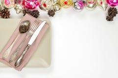 圣诞节桌餐位餐具和假日装饰 库存照片