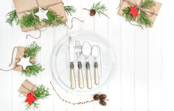 圣诞节桌餐位餐具装饰板材叉子刀子 库存图片