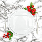 圣诞节桌餐位餐具装饰空的板材叉子刀子 库存图片