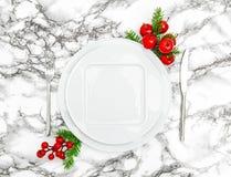 圣诞节桌餐位餐具装饰空的板材 库存照片