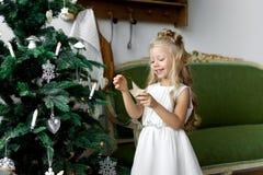 圣诞节桌:刀子和叉子、餐巾和圣诞树在一张木桌上分支 新年欢乐桌的` s装饰 免版税库存照片