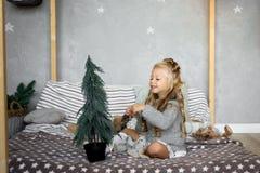 圣诞节桌:刀子和叉子、餐巾和圣诞树在一张木桌上分支 新年欢乐桌的` s装饰 免版税库存图片