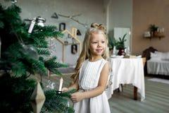 圣诞节桌:刀子和叉子、餐巾和圣诞树在一张木桌上分支 新年欢乐桌的` s装饰 库存图片