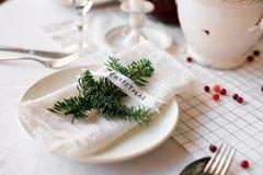 圣诞节桌:刀子和叉子、餐巾和圣诞树在一张木桌上分支 新年欢乐桌的` s装饰 图库摄影