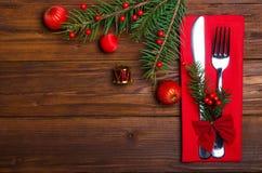 圣诞节桌:刀子和叉子、餐巾和圣诞树branc 免版税库存图片