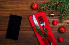 圣诞节桌:刀子和叉子,板材,餐巾,圣诞树b 库存照片