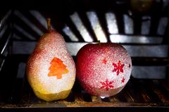 圣诞节梨和苹果在烤箱在烘烤的抽象概念前 免版税库存照片