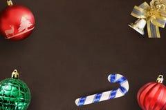 圣诞节棍子,红色波浪和绿色有肋骨球,在黑暗的装饰响铃 库存图片