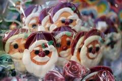 圣诞节棒棒糖在圣诞节市场上 库存照片