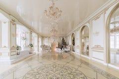 圣诞节森林上了凸边早晨多雪的线索宽冬天 与一个白色壁炉的豪华经典公寓 免版税库存图片