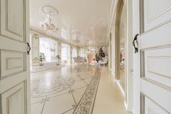 圣诞节森林上了凸边早晨多雪的线索宽冬天 与一个白色壁炉的豪华经典公寓 免版税库存照片