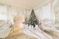 圣诞节森林上了凸边早晨多雪的线索宽冬天 与一个白色壁炉的豪华经典公寓 库存照片