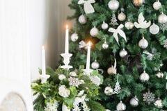 圣诞节森林上了凸边早晨多雪的线索宽冬天 与一个白色壁炉,装饰的树,明亮的沙发,大窗口的经典公寓 库存图片