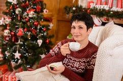 圣诞节森林上了凸边早晨多雪的线索宽冬天 下午茶时间 库存照片