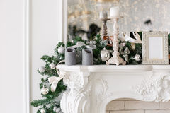 圣诞节森林上了凸边早晨多雪的线索宽冬天 与一个白色壁炉,装饰的树,明亮的沙发,大窗口的经典豪华公寓 免版税库存图片