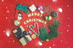 圣诞节概念新年度 在红色背景礼物盒上,圣诞节糖果,装饰 与题字快活的基督的曲奇饼 库存图片