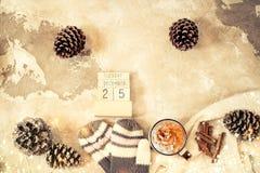 圣诞节概念舱内甲板放置与冬天衣服暖和、圣诞装饰和咖啡饮料在葡萄酒背景 免版税库存图片