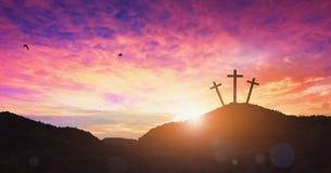 圣诞节概念:耶稣基督十字架在十字架上钉死在日落的 图库摄影