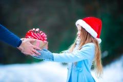 圣诞节概念 给一个新年的小女孩 库存图片