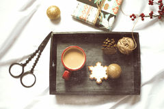 圣诞节概念 热巧克力,以雪花的形式饼干 礼品包装材料在床上, Xmas早晨 影片过滤器作用 图库摄影