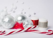 圣诞节概念-银色圣诞节球、糖果棍子和12月 库存图片