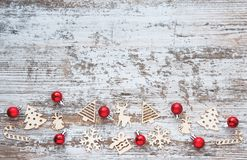 圣诞节模式 与木圣诞节玩具和红色的背景 免版税库存图片