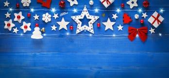 圣诞节横幅,在老蓝色木桌上的装饰 免版税库存图片