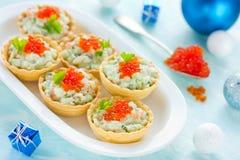 圣诞节欢乐开胃菜果子馅饼充塞了用三文鱼沙拉a 图库摄影