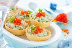 圣诞节欢乐开胃菜果子馅饼充塞用三文鱼沙拉 免版税库存照片