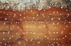 圣诞节欢乐装饰的图象在木背景的 减速火箭过滤与抽象雪花覆盖物 库存照片