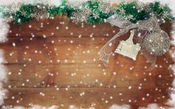 圣诞节欢乐装饰的图象在木背景的 被过滤的减速火箭 免版税库存照片