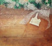 圣诞节欢乐装饰的图象在木背景的 被过滤的减速火箭 库存图片