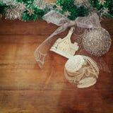 圣诞节欢乐装饰的图象在木背景的 被过滤的减速火箭 库存照片