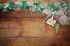 圣诞节欢乐装饰的图象在木背景的 被过滤的减速火箭 免版税图库摄影
