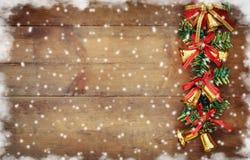 圣诞节欢乐装饰的图象在木背景的 被过滤的减速火箭 免版税库存图片