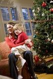 圣诞节母亲坐的儿子结构树年轻人 库存图片