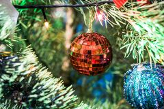 圣诞节泡影和庆祝新年的圣诞树 免版税库存照片
