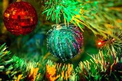 圣诞节泡影和庆祝新年的圣诞树 图库摄影