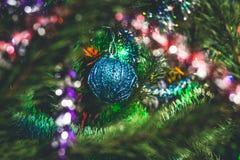 圣诞节泡影和庆祝新年的圣诞树 免版税库存图片