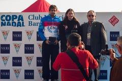 圣诞节港口游泳2015年,巴塞罗那,口岸Vell - 12月25日:比赛的优胜者与战利品的 免版税图库摄影