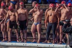 圣诞节港口游泳2015年,巴塞罗那,口岸Vell - 12月25日:游泳者在为比赛准备的圣诞老人帽子 免版税库存照片